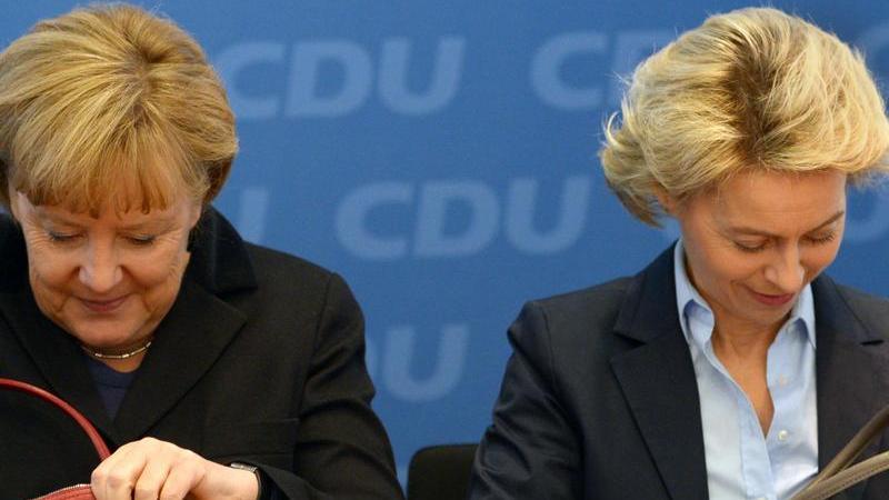 Ursula von der Leyen ist seit 2004 in der Bundespolitik aktiv. In diesem Jahr wurde sie in den CDU-Bundesvorstand gewählt, dem sie seitdem durchgehend angehört. Ein Jahr später wurde sie von Angela Merkel als Bundesministerin für Familie, Senioren, Frauen und Jugend vereidigt. Bis sie 2013 das Amt der Bundesverteidigungsministerin übernahm, war sie außerdem als Bundessozialministerin tätig.