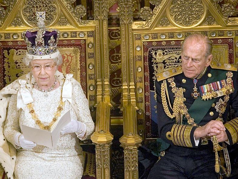 Die britische Königin Elizabeth II. und ihr Mann Prinz Philip sitzen auf dem Thron im Oberhaus im Westminster Palast in London: Das Paar feiert heute seinen 65. Hochzeitstag.