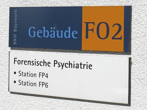 Dieses Schild am Bayreuther Bezirkskrankenhaus weist auf die Station hin, in der Gustl Mollath seit sieben Jahren eingesperrt ist.