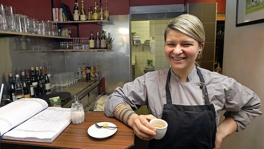 Ein doppelter Espresso mit einem Schuss kalter Milch. Spitzenköchin Diana Burkel trinkt ihn am liebsten hinter dem Tresen. Eine gute Gelegenheit für Gäste, die 32-Jährige auch einmal zu Gesicht zu bekommen.