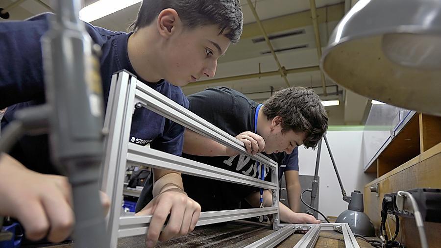 Schüler verschiedener Haupt- und Mittelschulen fertigen in einem Mechaniker-Praktikum Tische für Behinderte, die bei Staedtler Stifte verpacken.