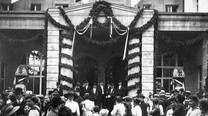 Früher war in den meisten Haushalten kein Badezimmer vorhanden. Also baute die Stadt Nürnberg das Volksbad, das am 2. Januar 1914 feierlich eröffnet wurde.