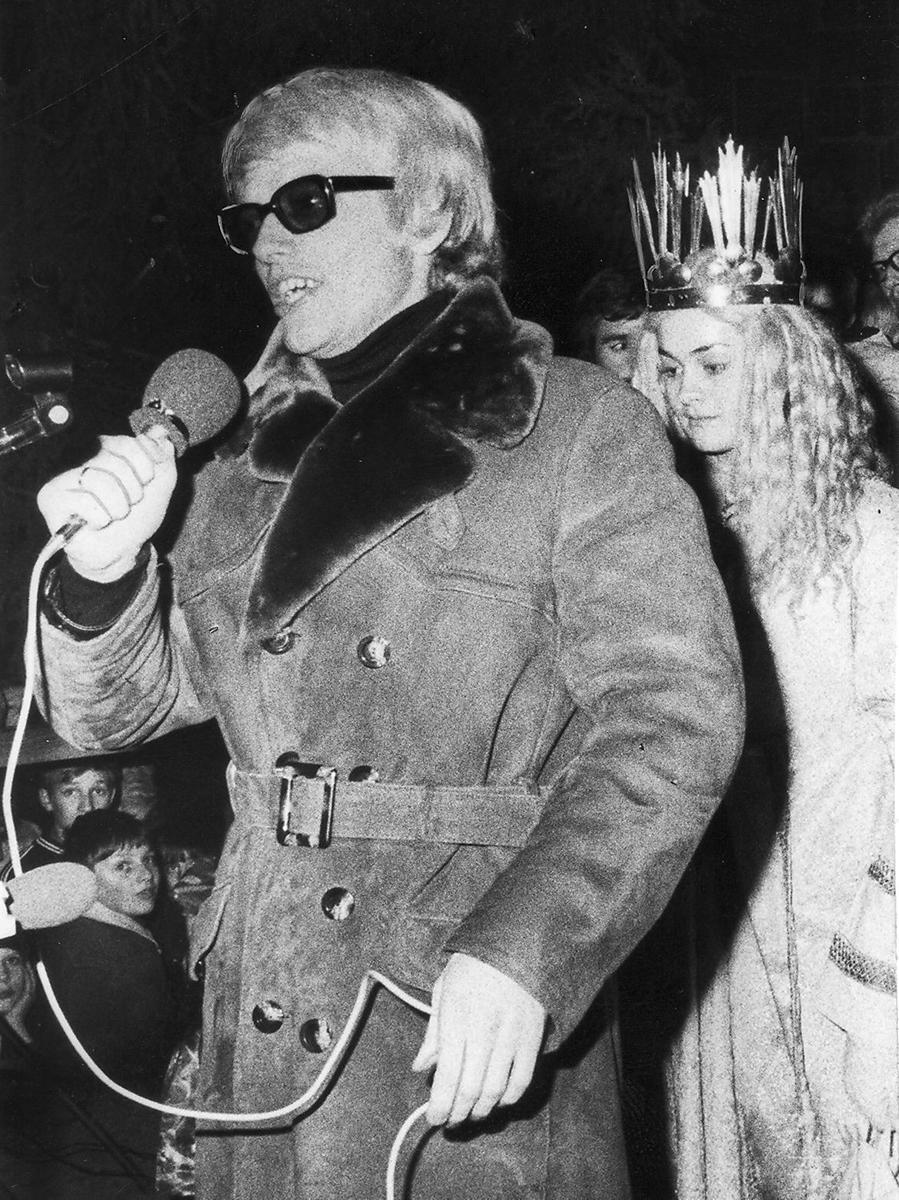 Heino begeisterte 1972 viele Menschen auf dem Christkindlesmarkt. Der Schlagersänger trug damals ein großes Repertoire an Weihnachtsliedern vor. Der Beifall fiel allerdings gering aus, da viele Eltern ihre Kinder auf den Schultern trugen.