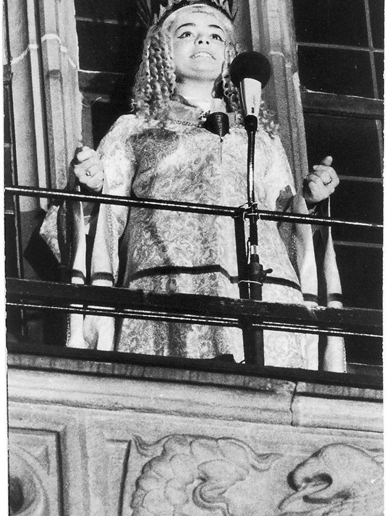 Bis 1968 wurde das Christkind von einer Schauspielerin dargestellt. Seit 1969 wird es alle zwei Jahre neu gewählt. Unser Bild zeigt das zweite gewählte Christkind, Gudrun Bauer, bei der Christkindlesmarkteröffnung 1971. Erstes Wahl-Christkind wurde Gabriele Bergmann im Jahr 1969.