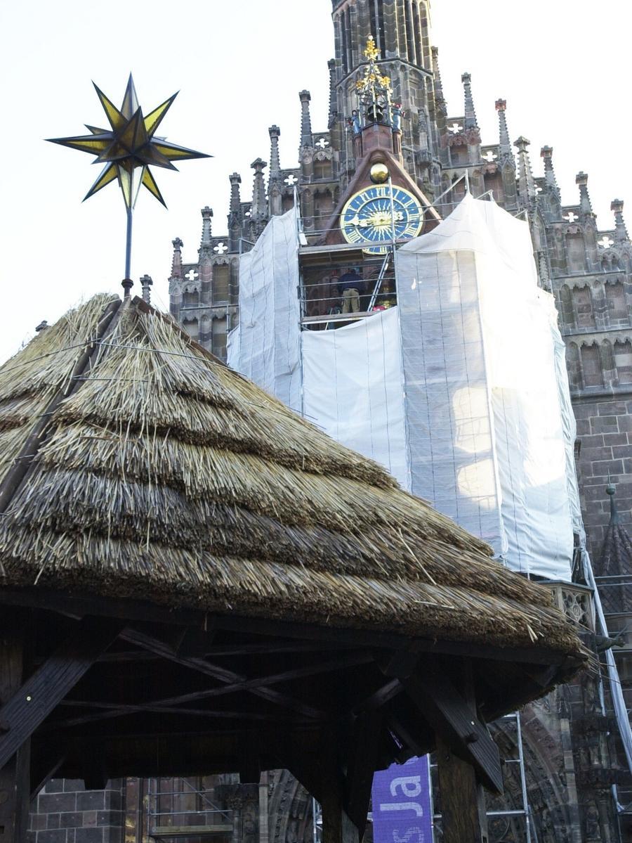 Im Jahr 2003 begannen Sanierungsarbeiten an der Fassade der Frauenkirche. Zur Eröffnung des Christkindlesmarktes war das Gerüst jedoch bereits wieder weg.