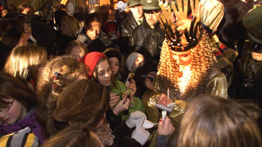 1999: Das Christkind als Objekt der Begierde. Stephanie Jank muss bei ihrem Gang durch die Gassen viele Autogramme schreiben. Für die Kinder hatte das Jahr eine Neuerung in petto: Auf dem Hans-Sachs-Platz fand erstmals die Nürnberger Kinderweihnacht statt.