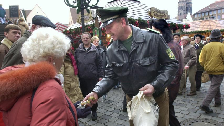 Oberkommisar Scharrer (im Bild) verteilt 2005 auf dem Christkindlesmarkt Glückskekse. Mit der Botschaft