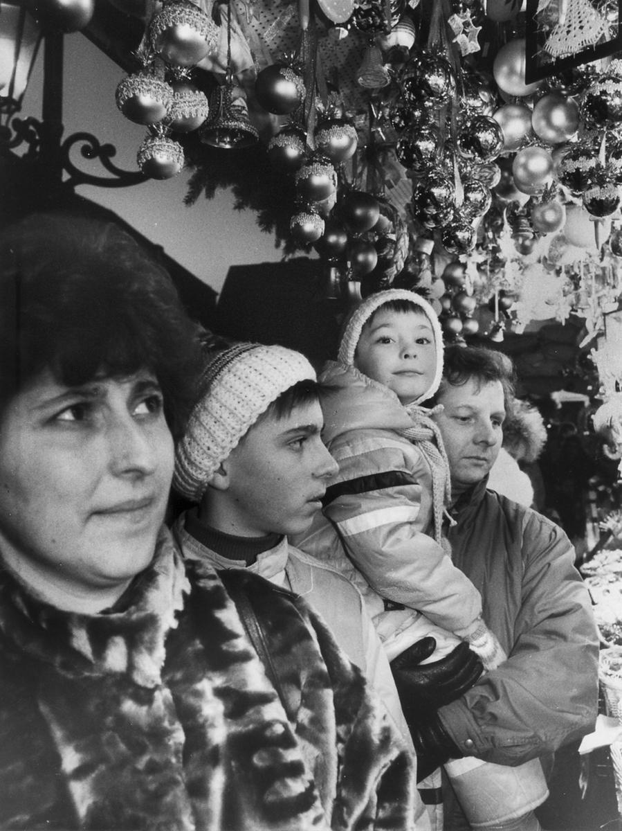Ein besonderer Ansturm wurde auf den Christkindlesmarkt 1989 verzeichnet. Nach der Maueröffnung strömten auch viele der damaligen DDR-Bürger, hier im Bild Familie Bergner aus Gera, nach Nürnberg, um den berühmten Markt zu sehen.