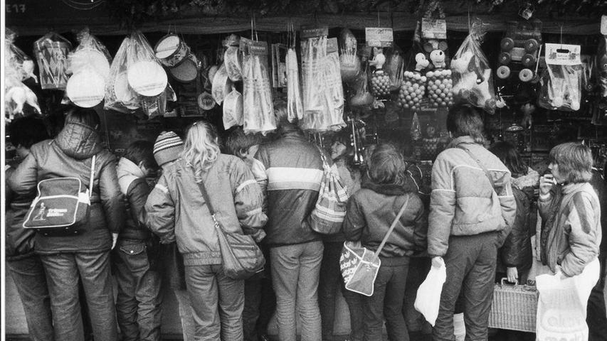 Auch Plastikspielzeug erfreute sich auf dem Christkindlesmarkt immer größerer Beliebtheit, wie hier auf einem Foto von 1984 zu sehen ist. Im gleichen Jahr gab Wolfgang Buhl das Buch