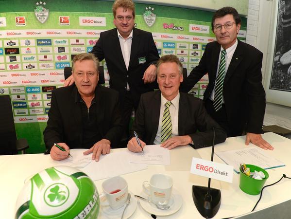 Bei der Vetragsunterzeichnung waren Conny Brandstätter (von links nach rechts), Thomas Sommer, OB Dr. Thomas Jung und Kleeblatt-Präsident Helmut Hack anwesend.