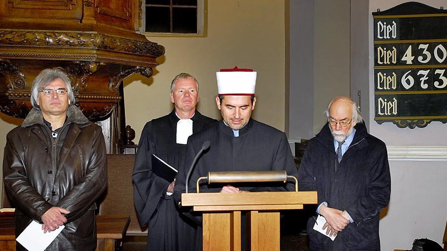 Im Dialog: Imam Benjamin Idriz (Mitte) mit Lektor Peter Scheer, Pfarrer  Mann und Professor Hartmut Bobzin in der Hugenottenkirche.