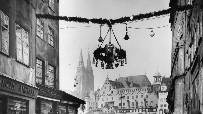 Aus dem Jahr 1628 stammt die erste schriftliche Erwähnung des Nürnberger Christkindlesmarkts. Im 19. Jahrhundert verlor er allerdings mehr und mehr an Bedeutung und musste unter anderem auf die Insel Schütt ausweichen. 1933 kehrte der Christkindlesmarkt dann auf den Hauptmarkt zurück. Gleichzeitig hatte die Figur des Christkindes ihren ersten Auftritt.