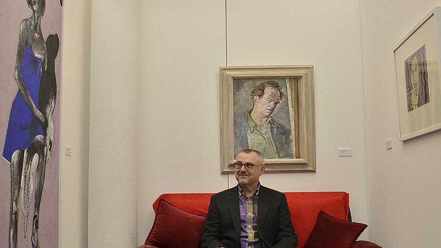 Galeriechef Hans-Peter Miksch nahm die Kunst, die sich bei den Mitgliedern des Förderkreis im Privatbesitz befindet, unter die Lupe — und wählte aus für eine berührende Schau der etwas anderen Art.