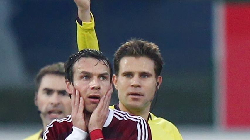 Nur eine Minute später kassierte Nürnbergs Mittelfeldmann Markus Feulner die Rote Karte, nachdem er übermotiviert mit gestrecktem Bein in Stephan Fürstner gesprungen war.