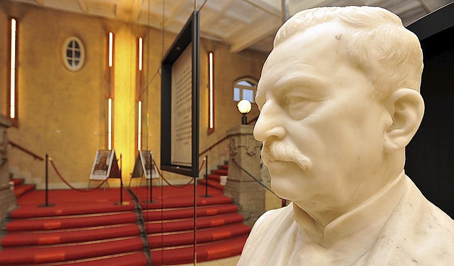 Auch den Namen von Heinrich Berolzheimer, an den heute eine Büste im Foyer des von ihm gestifteten und nach ihm benannten Gebäudes an der Theresienstraße erinnert, tilgten die Nazis aus dem öffentlichen Bewusstsein.