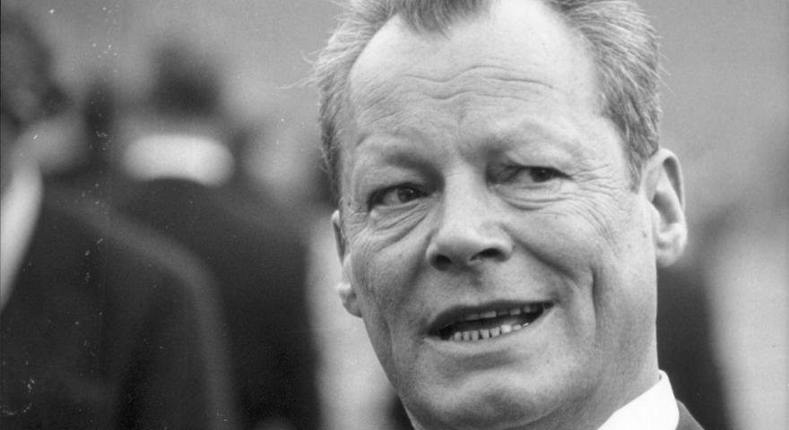 Das bekannteste Bild des SPD-Politikers entstand bei seinem berühmten Kniefall am Mahnmal des Warschauer Ghettos. Mit seiner Ostpolitik schlug Brandt die Brücke zur Verständigung mit dem Sowjetimperium und legte so auch den Grundstein für die spätere Wiedervereinigung. Für sein Bemühen um Versöhnung erhielt er 1971 den Friedensnobelpreis. In Erinnerung bleibt sein Satz