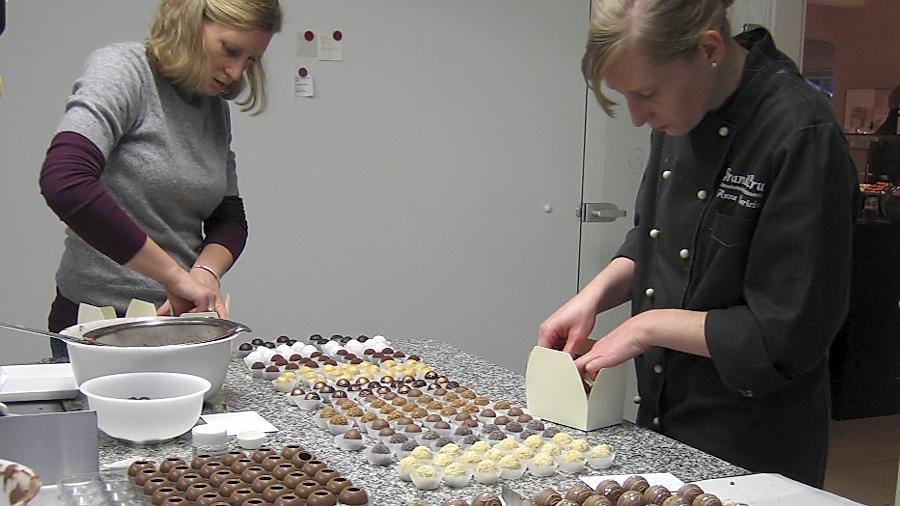 Im Weihnachtsgeschäft helfen sie zusammen, die Zwillingsschwestern Marie (links) und Anna Kaerlein. Mit den raffinierten Rezepturen der international ausgezeichneten Chocolatière füllen sie Pralinenschachteln im Akkord.