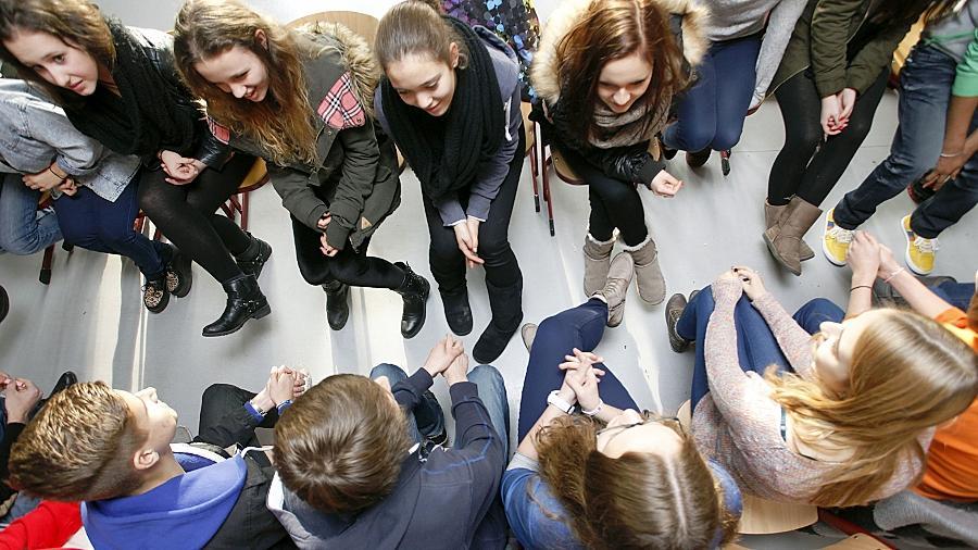 Die Schüler des Neuen Gymnasiums nähern sich dem Thema Flüchtlinge durch Gespräche mit Betroffenen.