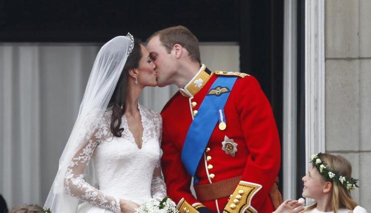 ...der Hochzeitskuss zwischen William und Kate, dem englischen Prinzenpaar. Ganze 0,7 Sekunden dauerte der erste öffentliche Kuss des Paares auf dem festlich geschmückten Balkon des Buckingham Palace.