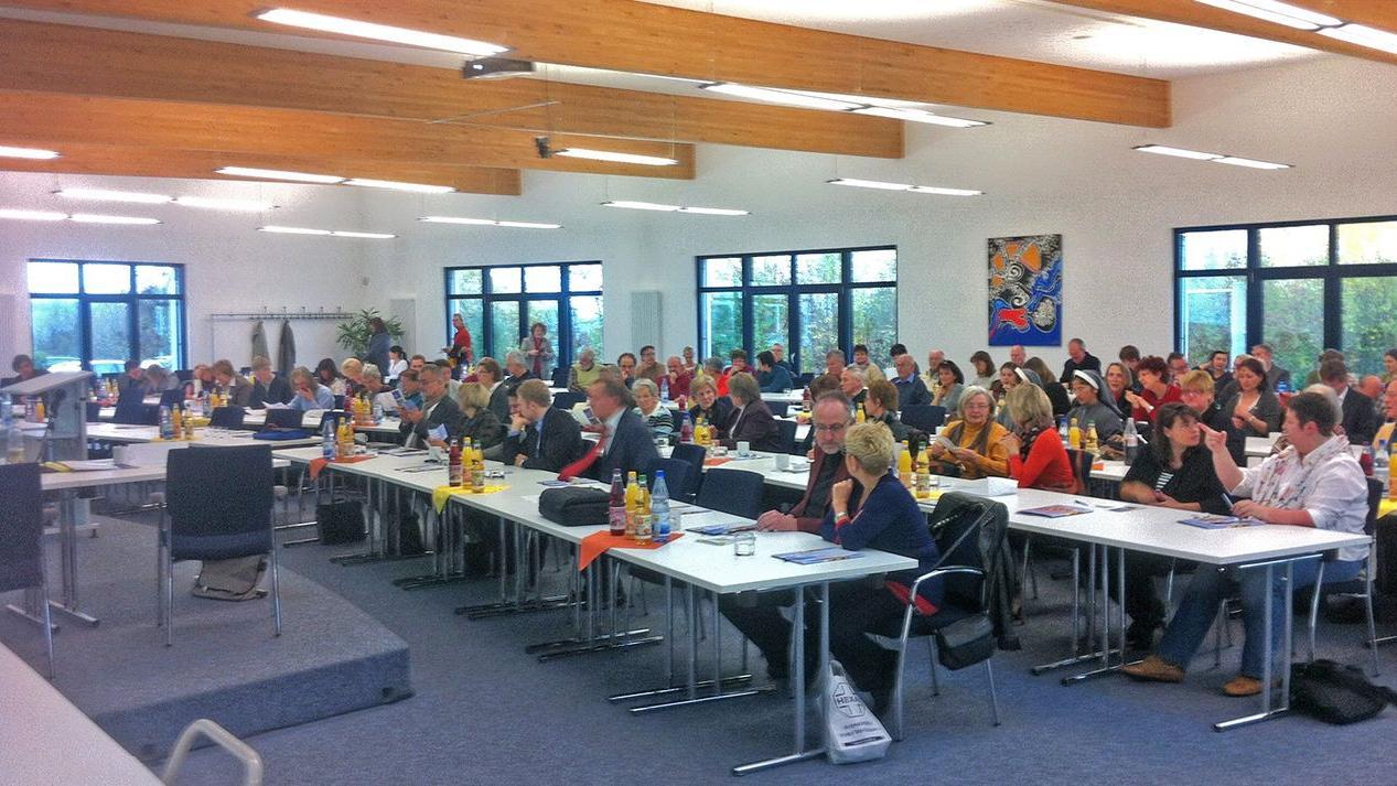 Interessiert tauschten die Teilnehmer des Bamberger Symposiums zum Thema Alzheimer ihre Erfahrungen aus.