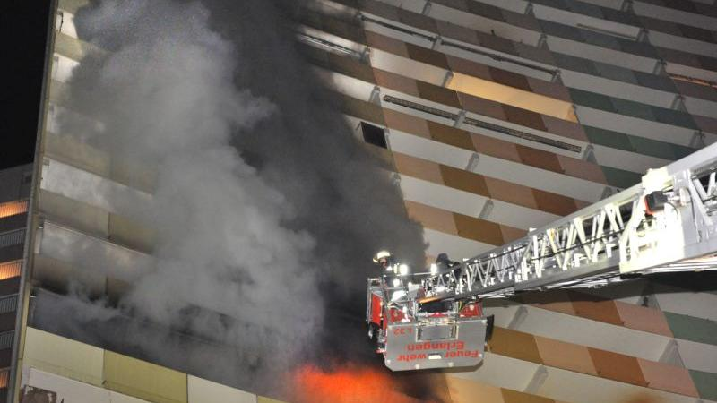 Hochhaus in Flammen: Den