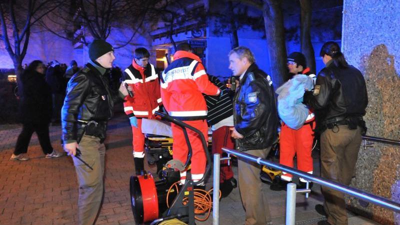 ...von den Rettungskräften und der Polizei vorsorglich ins Freie geleitet.
