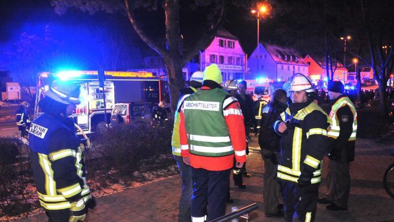 Insgesamt waren 40 Feuerwehrleute, 25 Kräfte des Rettungsdienstes und 14 Polizeibeamte im Einsatz.