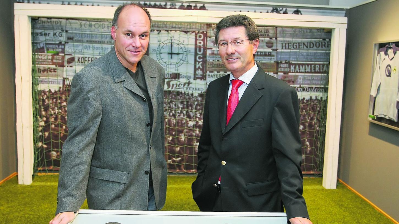 """Zwei absolute """"Kleeblatt""""-Insider: Präsident Helmut Hack (rechts) mit Buchautor und Archivar Jürgen Schmidt."""
