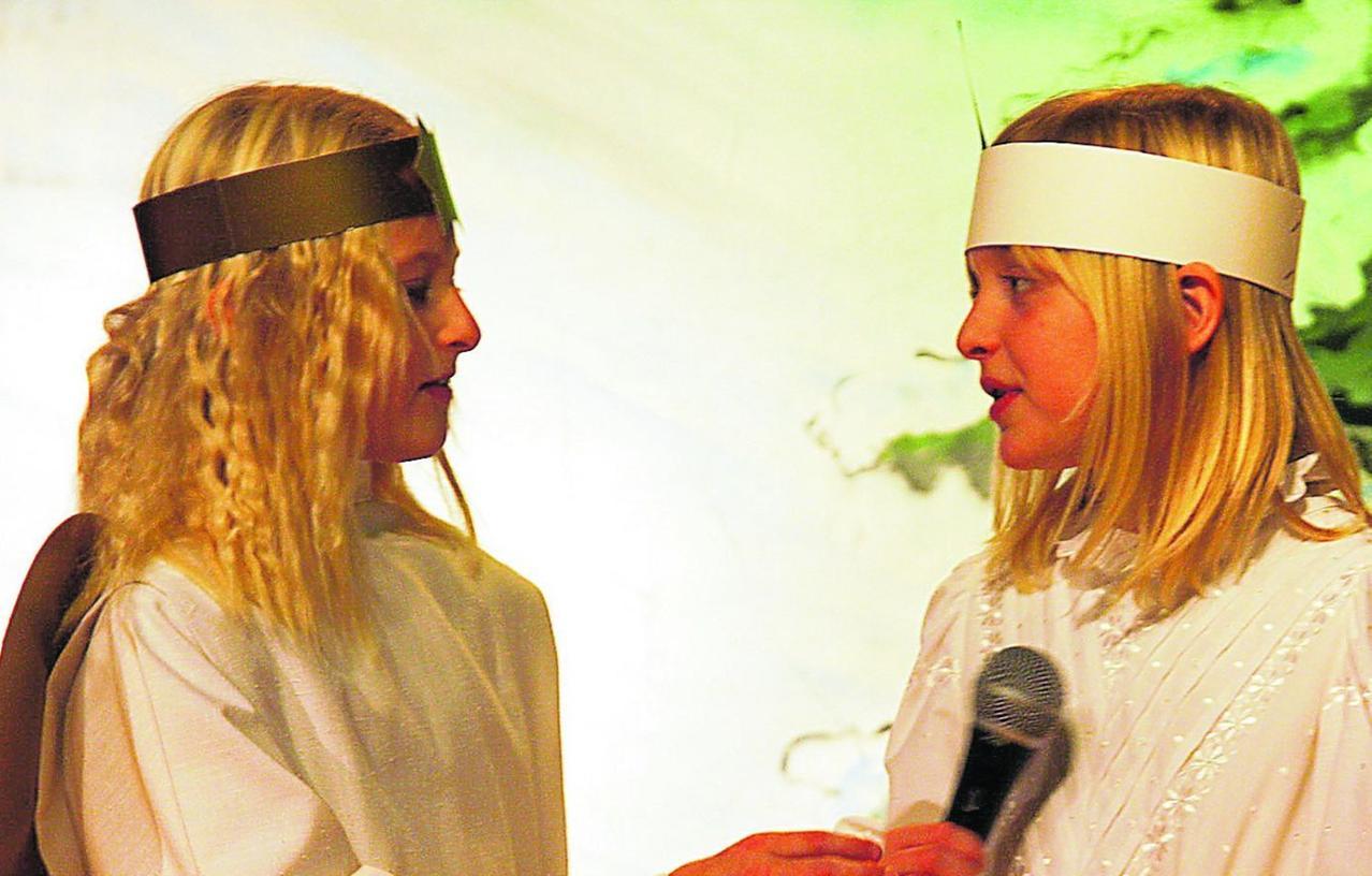 Diese beiden Grundschülerinnen traten beim Weihnachtskonzert der Gemeinde Hemhofen als Engelchen auf.