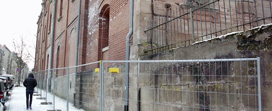 Ein Bauzuaun umgibt das Gärhaus mit Hopfenspeicher aus dem Jahre 1896 der einstigen Humbser-(Patrizier-)Brauerei an der Fichtenstraße. Es muss einer Erschließungsstraße für neue Wohngebäude weichen.