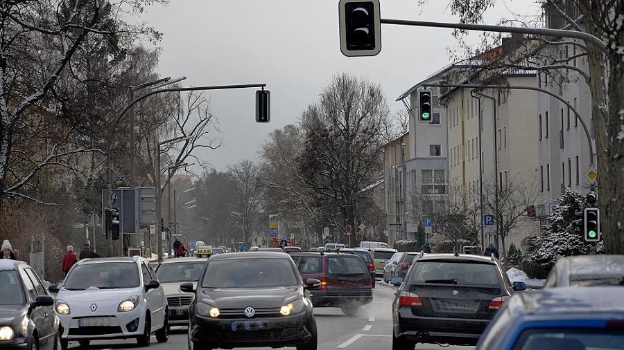 Die Gebbertstraße ist nach Ansicht von Verkehrsreferent Josef Weber ein schönes Beispiel dafür, wie durch Ampeln, Verengungen durch geparkte Fahrzeuge und unübersichtliche Einmündungen Tempo 50 selten möglich ist, also auch nicht geregelt werden muss.