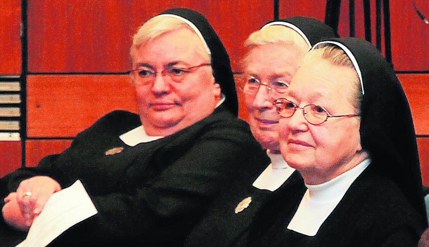 Für ihre segensreiche Altenpflege-Arbeit wurde Schwester Laudolfa (rechts) geehrt. Doch das Mutterhaus ruft sie und ihre Mitschwestern zurück ins Kloster Mallersdorf.