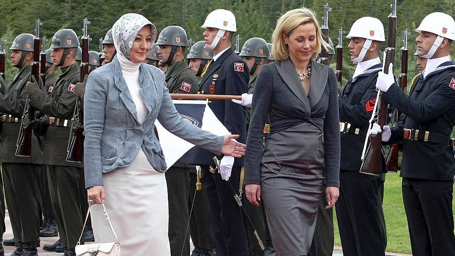 In der Türkei sorgte dies für eine kleine Sensation: Mit Kopftuch schritt die türkische Präsidentengattin Hayrünnisa Gül gemeinsam mit der deutschen First Lady Bettina Wulff vor dem Palast in Ankara erstmals eine Ehrenformation des laizistischen Militärs ab.