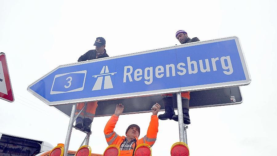 Schildermontage buchstäblich in letzter Minute: Während gestern die Festredner ein Loblied auf die neue A3-Anschlussstelle Neumarkt-Ost anstimmten, schraubten die Bauarbeiter noch.