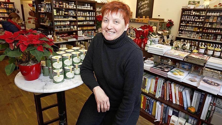 """Hat sich mit ihrem """"DelikatEssen""""-Geschäft in der nördlichen Altstadt einen Lebenstraum erfüllt: Romana Schemm hat ihren sicheren Job aufgegeben, um den Feinschmeckern mehr Würze zu bieten."""