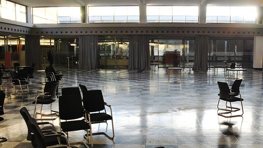 Im Saal der Kantine trafen sich die Quelle-Mitarbeiter bis 2009 täglich zum Essen,...