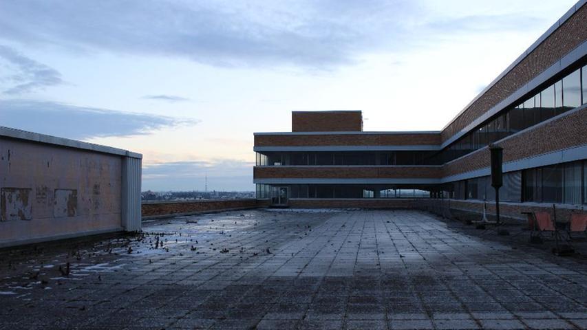 Der triste Eindruck auf der Dachterasse des Gebäudes erinnert nicht unbedingt an die bunte Welt der Campingausstellungen auf dem Flachdach, ...