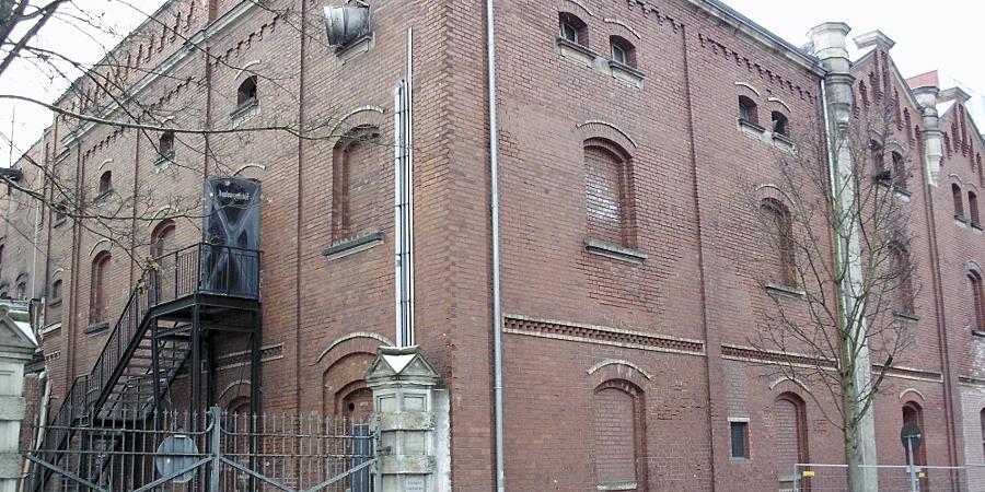 """""""Hopfenspeicher"""" steht an der Eisentür im ersten Stock. Ausgestattet ist der historische Bau an der Fichtenstraße mit einem patentierten Lüftungssystem des ersten Brauerei-Inhabers Johann Humbser."""