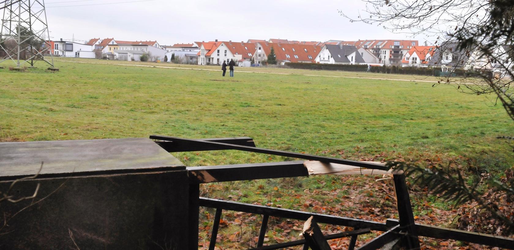 Auf dieser Wiese unmittelbar am Schnakenwinkelweg bei Rehhof wurde vom Jägerstand (den Volkes Zorn in der Folge stürzte) ein Hund aus einer Hunde/Menschgruppe erschossen.