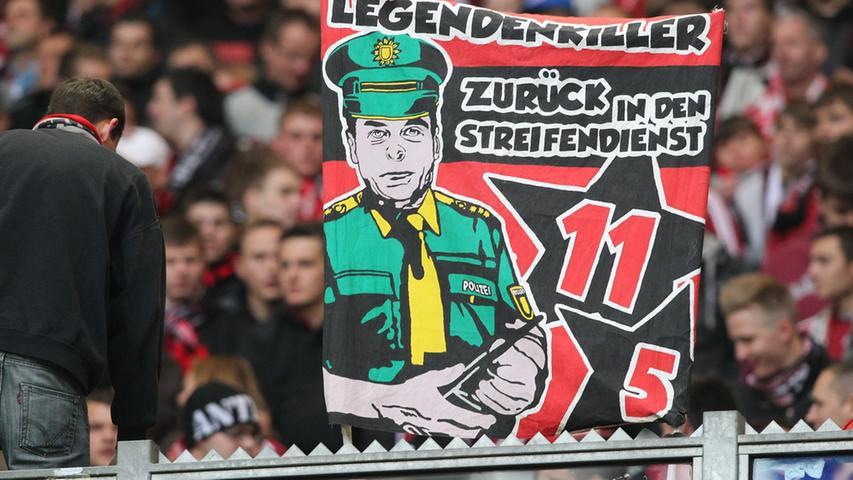 ... Heckings Vorgeschichte als ausgebildeter Polizist war einem Teil der Fans ein Ärgernis. Wie auf diesem Doppelhalter der Ultras zu lesen, handelte sich...