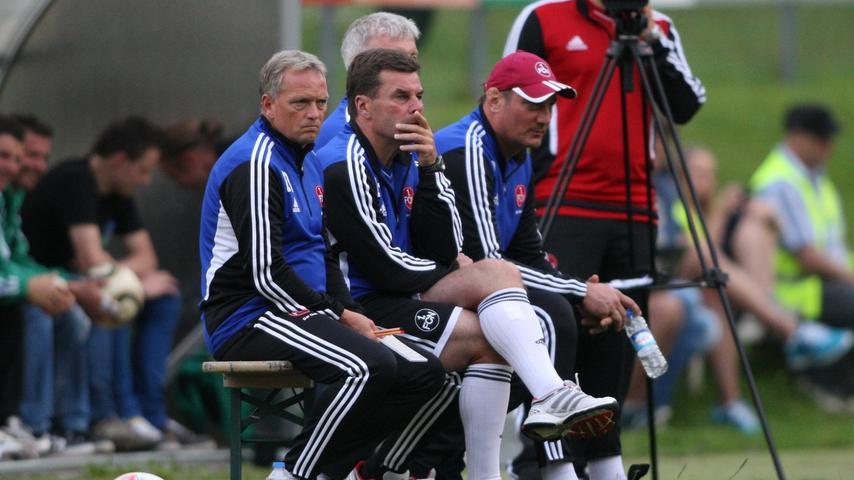 Vor allem seine Co-Trainer Achim Reutershahn und Dirk Bremser wichen nicht von seiner Seite.
