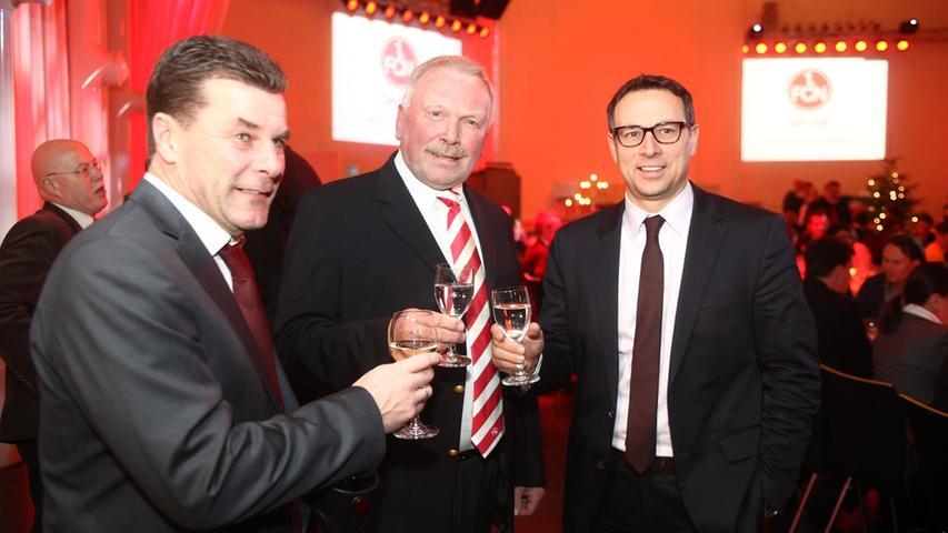 Bei der Weihnachtsfeier am 17. Dezember stieß Hecking mit Aufsichtsrats-Boss Klaus Schramm (Mitte) und Martin Bader wie sich heraustellte ein letztes Mal an. Nicht auf weitere Erlebnisse in rot-schwarzer Mission, sondern als Abschiedsgetränk. Angestoßen hat...