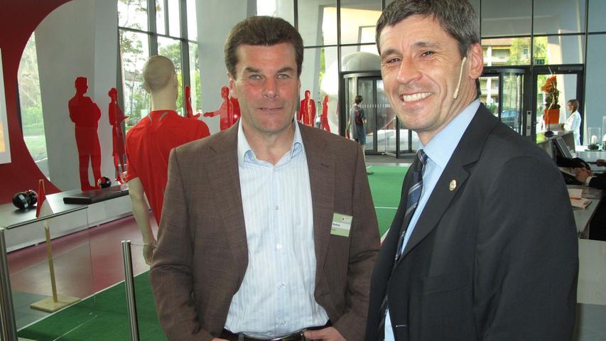Neben dem Rasen konnte er aber durchaus locker mit der pfeifenden Zunft (hier der ehemalige FIFA-Schiedsrichter Markus Merk) umgehen.