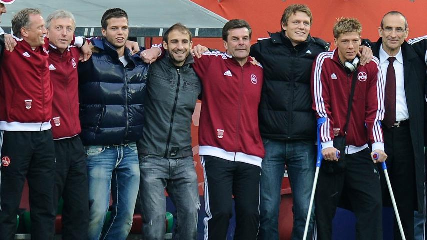 In zwei Spielen besiegte der FCN im Mai 2010 den FC Augsburg und blieb erstklassig. Die Mannschaft feierte mit Hecking Arm in Arm.