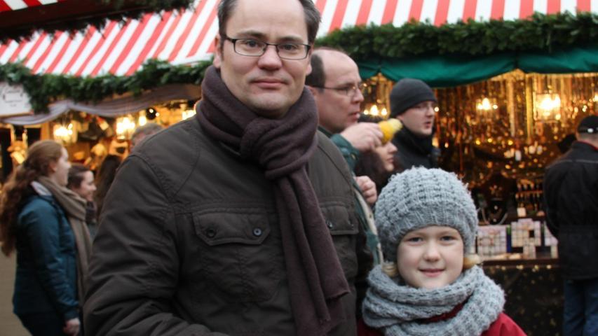 Zwei Nürnberger Engel auf dem Markt des Christkinds: Matthias Engel und Töchterchen Louica kamen am vorletzten Tag des Marktes aus Johannis zum Budenzauber und ließen sich die Lebkuchen schmecken.