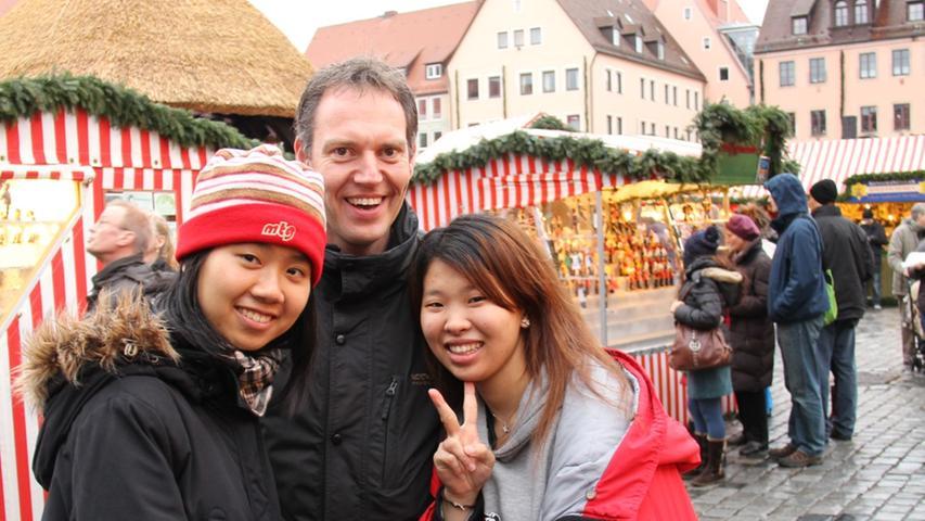 Roland aus Oberasbach führte seine beiden Besucherinnen aus Taiwan über den Markt. Auch Monika und Euphy gefiel es in der Frankenmetropole sehr gut.