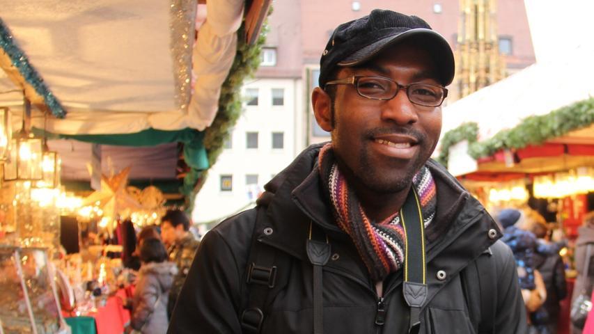 Jacob Thomas kommt eigentlich aus der Nähe von Detroit in Michigan. Allein mit seiner Kamera macht er dieses Jahr eine Weihnachtsmarkt-Tour durch Deutschland und Europa und legte am Tag vor Heiligabend einen Zwischenstopp in Nürnberg ein.