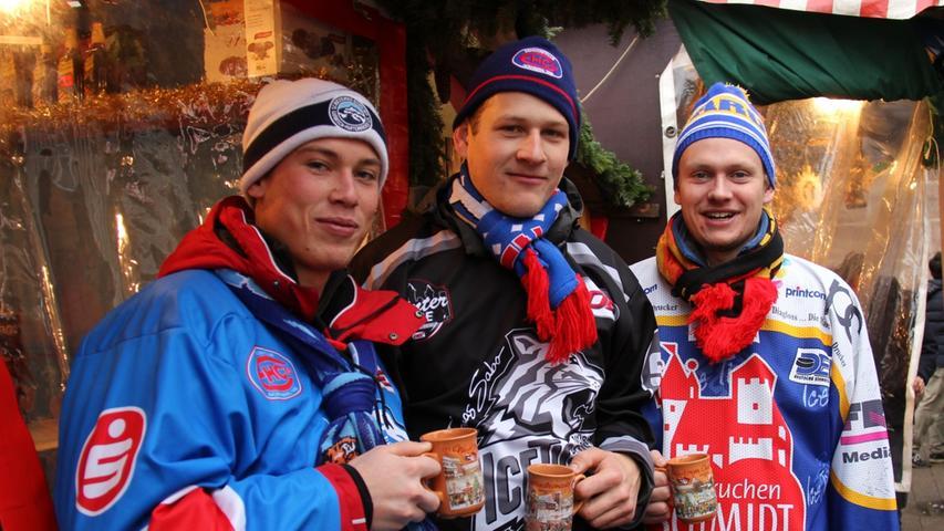 Vorweihnachtliches Event-Hopping betrieben Thomas, Mark und Werner am vierten Advent. Auf dem Weg in die Arena zum Spiel der Ice Tigers gegen die Hamburg Freezers wollten sie noch einen Glühwein in besinnlicher Atmosphäre genießen. Danach hofften sie auf einen Sieg ihrer Tiger.