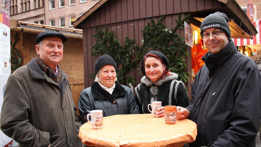 Am vierten Adventssonntag traf sich Familie Seebauer noch einmal am Markt der Partnerstädte. Dort finden sie es insgesamt ruhiger und gemütlicher als auf dem großen Markt nebenan.
