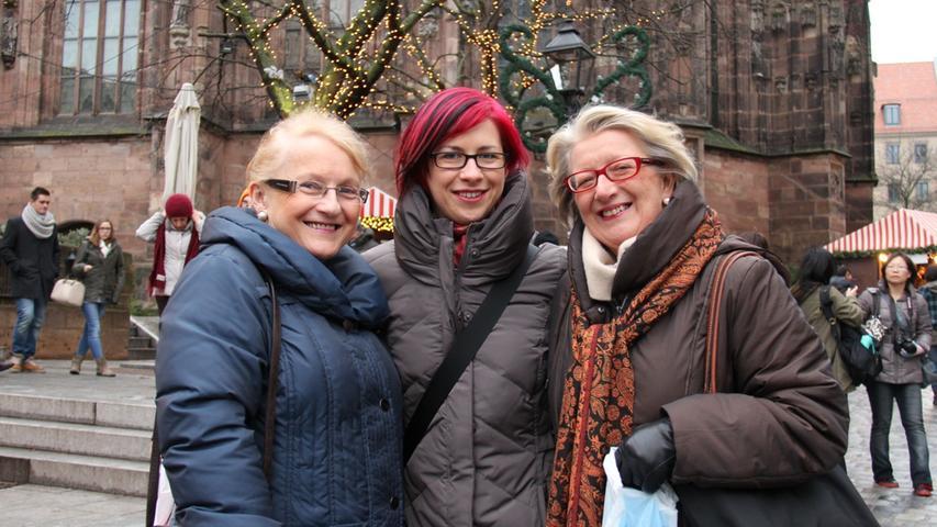 Linda Jacobsthal (rechts) wohnt seit vielen Jahren in Nürnberg. Ursprünglich kommt sie aus der Nähe von Glasgow in Schottland. Von dort bekam sie jetzt auch Besuch von ihrer Schwester Heather Mackay (links) und deren Tochter Shona. Den beiden Besucherinnen gefiel es sehr gut auf dem Christkindlesmarkt.